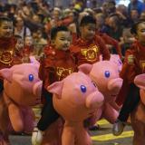 En video | Chinos celebran en todo el mundo la llegada del Año del Cerdo