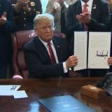 Trump usa su primer veto para defender promesa de muro