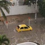 En video | Ciudadanos rescatan un taxi 'zapatico' de arroyo en el norte de Barranquilla