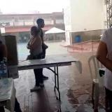 La Jornada electoral en el Colegio Sagrada Familia se ve pausada por la lluvia