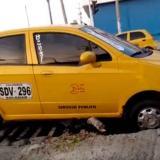En video   Taxi cae y queda atrapado en rejilla de desagüe en la calle 30