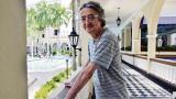 El director de cine posa en el corredor exterior del hotel El Prado, lugar que visitó junto a su padre siendo apenas un niño de once años de edad.