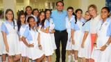 Dagoberto Barraza, secretario de Educación, con las estudiantes del Instituto Técnico de Comercio.