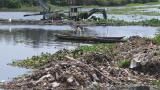 Caño de las Compañías. El canal comienza en la carrera 46, a la altura de la Intendencia Fluvial, hasta la Base Naval, por donde desemboca. Al fondo, una draga retira los residuos compuestos de basuras, partes de árboles y tarullas.
