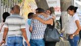 Sus hermanos, amigos y familiares en las afueras de las instalaciones de Medicina Legal en Barranquilla.