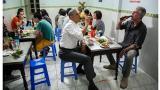 Obama cenó con el chef Anthony Bourdain por 6 dólares en Vietnam