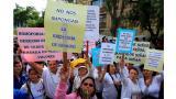 Padres de familia protestan frente al ministerio de Educación.