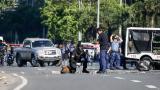 Un policía filipino examina el artefacto encontrado este lunes cerca de la embajada de Estados Unidos.