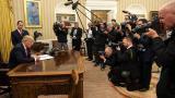 Trump arremete contra Obamacare en su primer acto