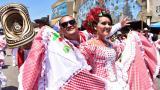 """Pareja de cumbiamba La Gigantona, que renovó su vestuario para el Carnaval de 2017, con encajes y telas llamada """"carolina"""" para el traje de la mujer."""