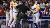 'Tito' Polo (#9), Reynaldo Rodríguez (#6) y Óscar Mercado le reclaman al 'umpire' luego de la polémica jugada.