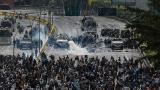 Esta escena se ha convertido en los dos últimos dos meses en algo normal en Venezuela: la oposición enfrentada a la policía y militares.