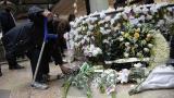 Varias personas se acercaron al Centro comercial Andino con ofrendas florales en solidaridad por el atentado de la tarde del 17 de junio en las instalaciones.