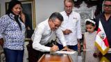 Casrlos Prasca firma el acta de posesión como nuevo rector en propiedad de la Universidad del Atlántico.