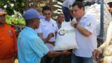 El coordinador de Atención y Prevención del Riesgo en Córdoba, Fabián Lora Méndez, entrega ayudas humanitarias a una familia en Ciénaga de Oro.