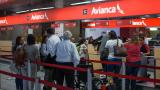 Un grupo de pasajeros hace fila en la zona de 'check in' de Avianca.