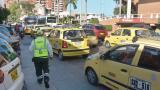 Taxis circulan por la calle 53 con carrera 46 de Barranquilla.