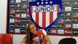Nicole Regnier firmando el contrato con Junior.