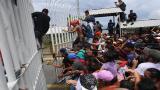 En video | Migrantes hondureños atraviesan bloqueo policial y cruzan a territorio de México
