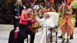 Uno de los malabaristas le cedió  un balón de fútbol al Papa Francisco para que lo girara sobre el dedo.