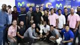 Los peloteros de Caimanes con el trofeo que los acredita como campeones de la Liga Colombiana de Béisbol Profesional (LCBP).