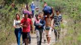Ciudadanos venezolanos caminan hacia territorio colombiano luego de atravesar el puente Simón Bolívar en la fronteriza ciudad de Cúcuta.