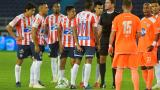 Los jugadores de Junior reclamando el penalti por mano en el área de un jugador de Envigado. Al principio sancionó la acción afuera.