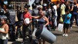 La Policía trata de controlar la entrega de agua a los residentes del vecindario de San Agustín en Caracas, en medio de la crisis por la falta de electricidad.