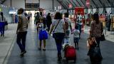 Pasajeros ingresan a la sala de registro de equipaje del aeropuerto Ernesto Cortissoz de Barranquilla.