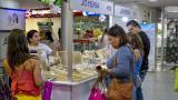 Un grupo de mujeres muestran su interés para adquirir joyas, dentro de un centro comercial de B/quilla.
