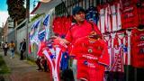José Suárez, vendedor informal, exhibiendo las camisetas del Junior y el Pasto a las afueras de El Campín.
