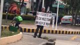 Hombre que busca trabajo con cartel conmueve en redes sociales