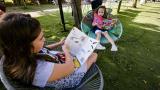 Dos pequeñas lectoras disfrutan de una tarde de Libraq al Parque en el Boulevard Buenavista.