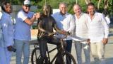 Carlos Vives, el presidente Duque, el gobernador Francisco Ovalle y el alcalde Augusto Ramírez posan en el Parque la Provincia junto al monumento en honor del cantante samario.