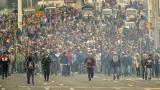 Indígenas y campesinos, armados con palos,  viajaron a Quito a bordo de camiones.