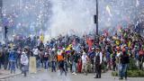 Los manifestantes se enfrentan con la policía antidisturbios cerca de la asamblea nacional en Quito el 8 de octubre de 2019.