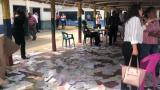 Los tarjetones destruidos quedaron en el piso del colegio Nuestra Señora del Carmen.