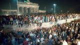 La noche del 9 de noviembre de 1989 miles de alemanes orientales subieron al Muro de Berlín.
