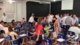 Los aspirantes se retiran del salón de clases en donde se realizaba el examen.