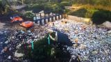 En una vista aérea se puede dimensionar la cantidad de desechos en el cuerpo de agua. En su mayoría es material de poliestireno.