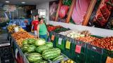 Compradores en un mercado de frutas y verduras en el centro de Barranquilla.