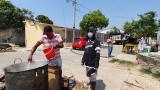 Aspecto de la entrega del sancocho comunitario en La Manga.