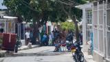 Un grupo de personas departen en el medio de una calle en una zona del barrio Carrizal.