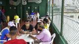 Un grupo de ex habitantes de la calle interactúan en la terraza del Hogar de Paso.