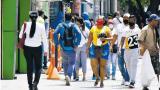Habitantes de Barranquilla transitan por el Paseo Bolívar.