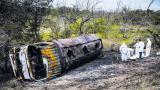 Peritos de la Dijín inspeccionan el lugar del siniestro donde quedó volcado el camión cisterna que explotó a la altura de Tasajera y que deja 21 muertos.