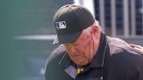 El veterano umpire Joe West resultó herido con el batazo.