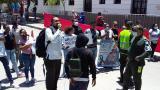 Jóvenes protestan frente a la Policía en Santa Marta