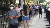 Bañistas hacen fila para ingresar a El Rodadero.