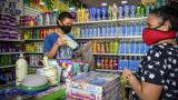 Una mujer compra productos en un comercio de Barranquilla.
